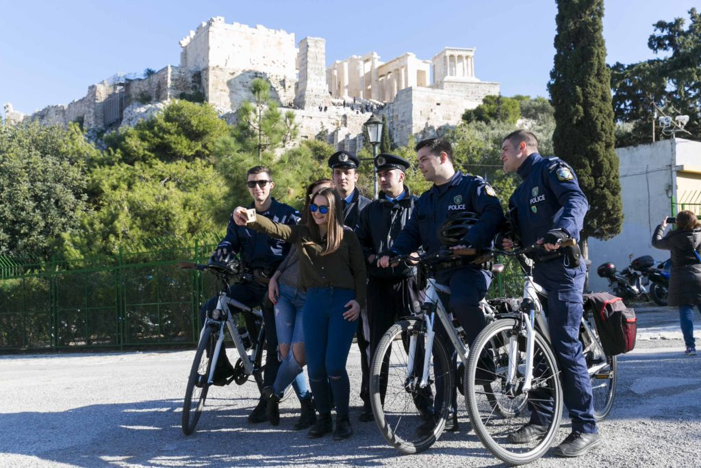 Οι… ευγενικοί αστυνομικοί που βγάζουν σέλφι στην Ακρόπολη (Photo)