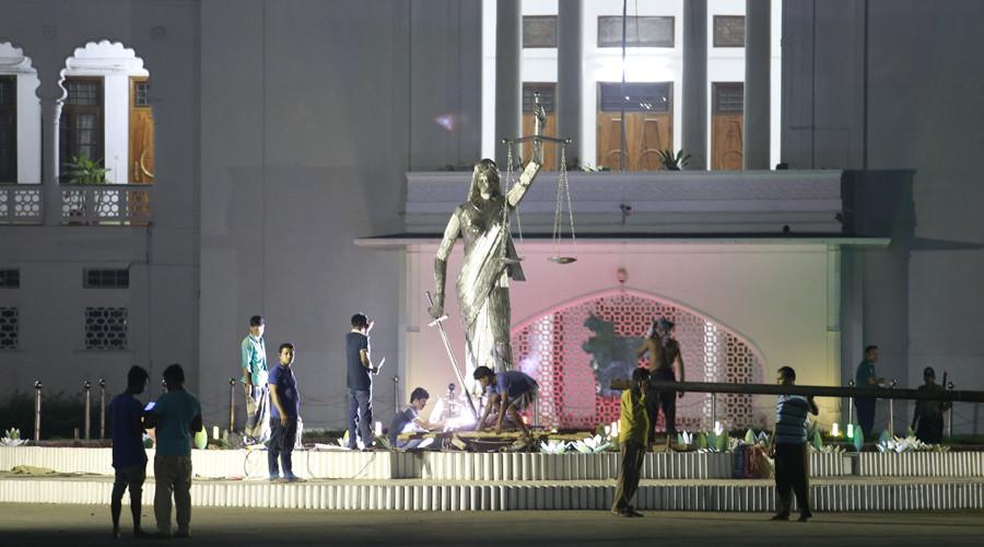 Μπανγκλαντές: Αφαίρεσαν άγαλμα της Θέμιδος