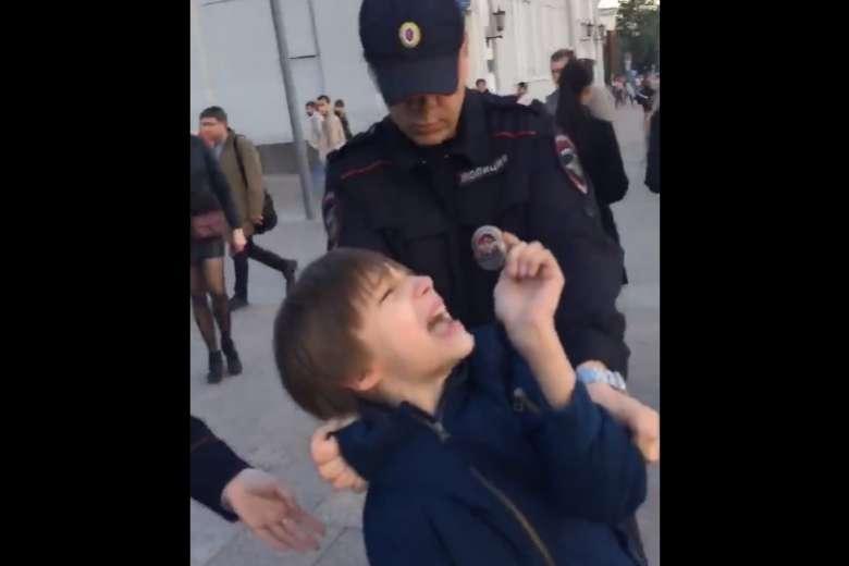 Ρωσία: Συνέλαβαν 10χρονο που διάβαζε ποιήματα στο δρόμο (video)