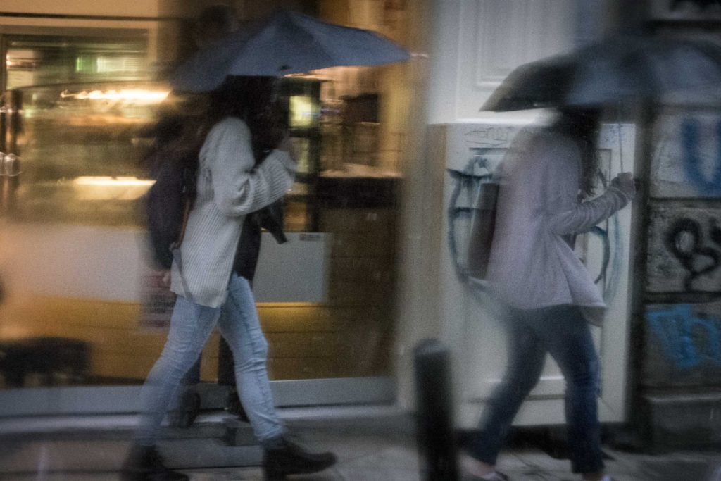 Με βροχές και σποραδικές καταιγίδες ο καιρός σήμερα