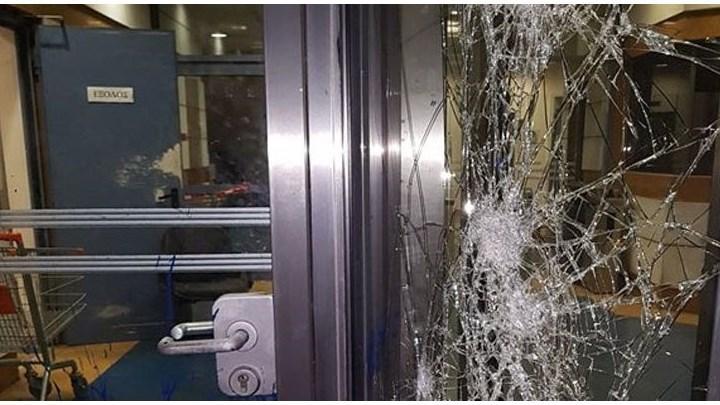 Επίθεση με μπογιές και σφυριά στο κτίριο του ΔΟΛ