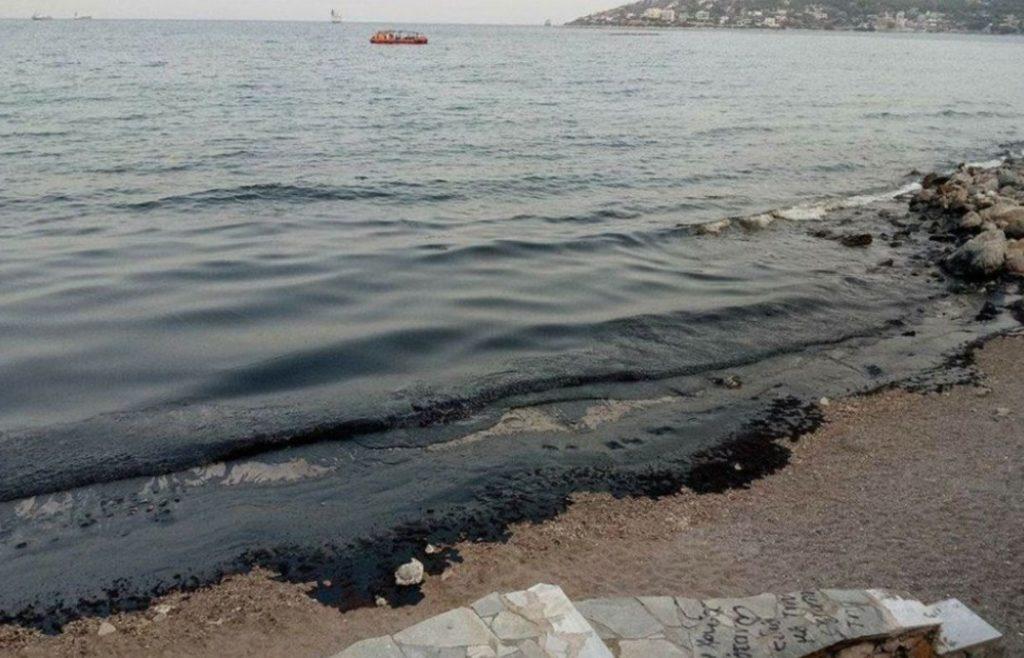Σαλαμίνα: Οικολογική καταστροφή – Το μαζούτ πνίγει τις ακτές – Έκκληση της Δημάρχου (Video)