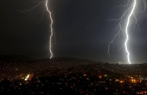 Κεραυνοί κάνουν τη νύχτα μέρα στο Σαν Φρανσίσκο