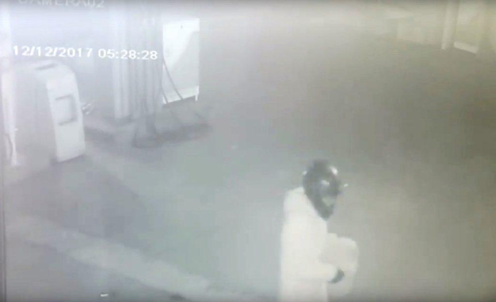 Δείτε το βίντεο από τη στιγμή που οι δράστες τοποθετούν τον εκρηκτικό μηχανισμό στο βενζινάδικο (Video)