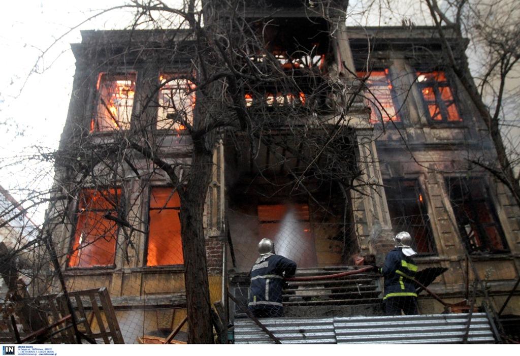 Θεσσαλονίκη: Έκαψαν το νεοκλασικό κτίριο της κατάληψης Libertatia (video & εικόνες)