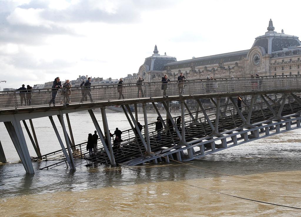 O Σηκουάνας φουσκώνει, οι Παριζιάνοι ξεσπιτώνονται (video & εικόνες)