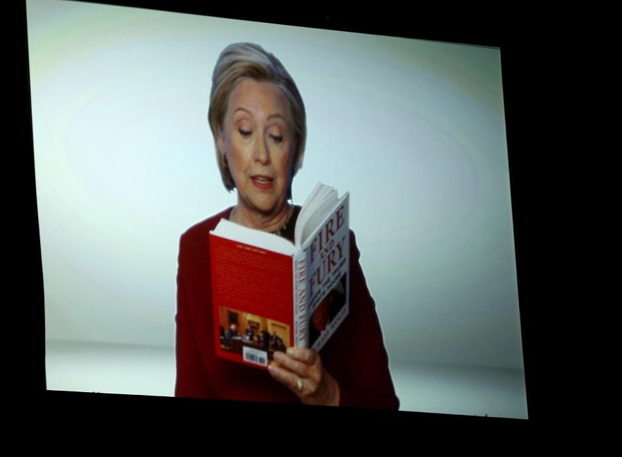 Η Χίλαρι έκλεψε την παράσταση στα βραβεία Γκράμι – Διάβασε απόσπασμα από το «Φωτιά και Οργή»