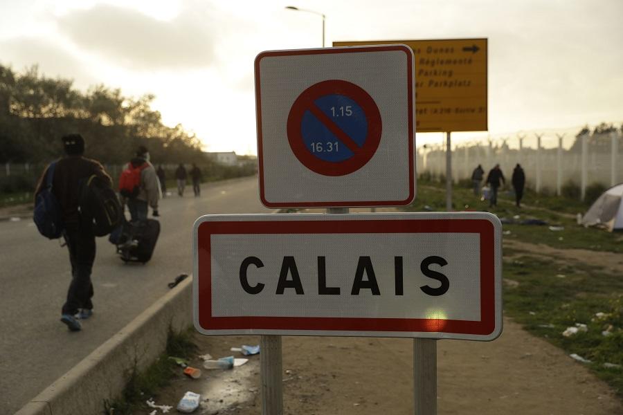 Σοβαρά επεισόδια στη «ζούγκλα του Καλαί» – 17 τραυματίες, οι 4 σοβαρά