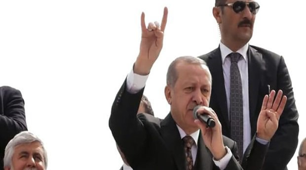 H στιγμή που ο Ερντογάν «μιμείται» τους ακροδεξιούς Γκρίζους Λύκους (Video)