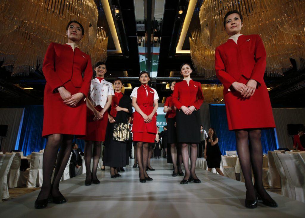 Οι αεροσυνοδοί της Cathay Pasific θα μπορούν να φορούν παντελόνια!