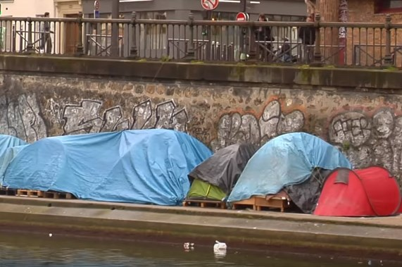 Η «ζούγκλα του Καλέ» έκλεισε, αλλά σκηνές με μετανάστες κατακλύζουν τον Σηκουάνα (Video)