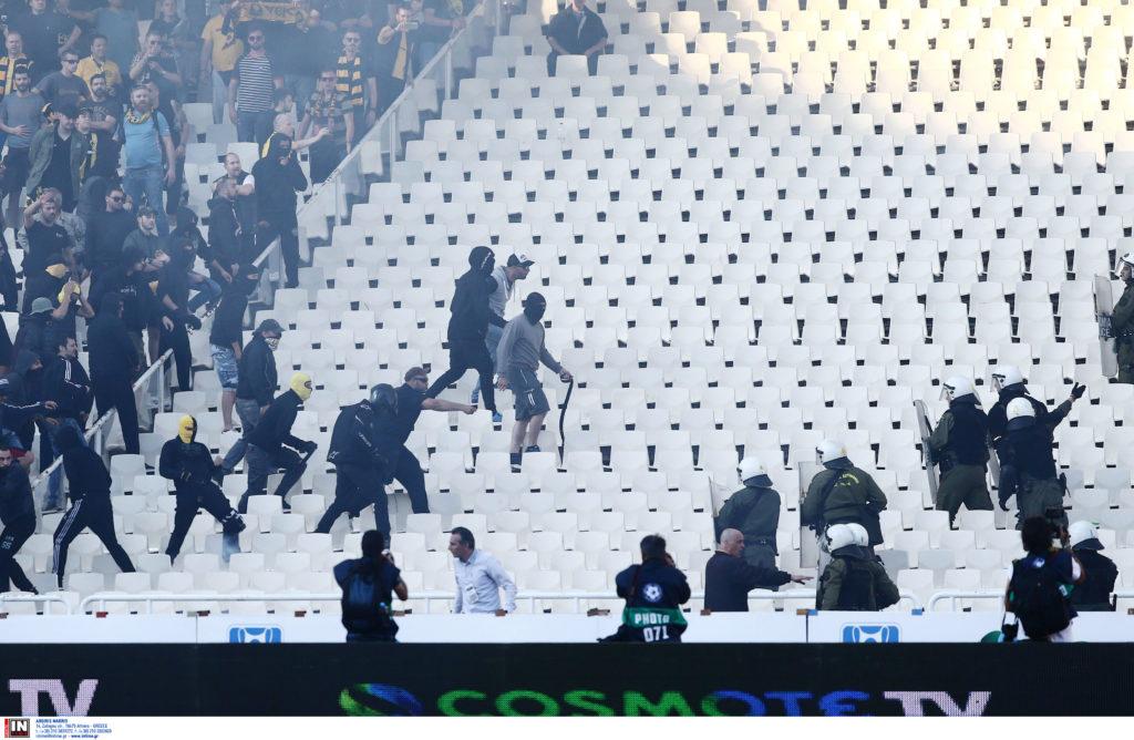 «Nτου» οπαδών της ΑΕΚ στην «ουδέτερη» εξέδρα κατά των ΜΑΤ (Photos)