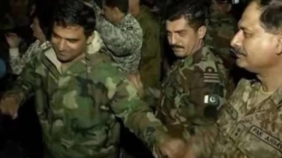 Οι «αιώνιοι αντίπαλοι» Ινδοί και Πακιστανοί στρατιώτες χορεύουν μαζί σε ρυθμούς… Μπόλιγουντ (Video)