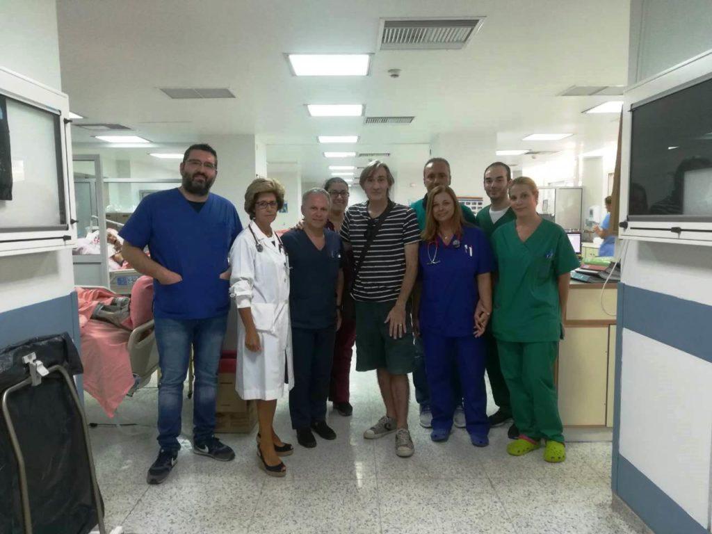 Ο Άκης Σακελλαρίου ευχαριστεί το προσωπικό των ΜΕΘ στο «Σωτηρία»