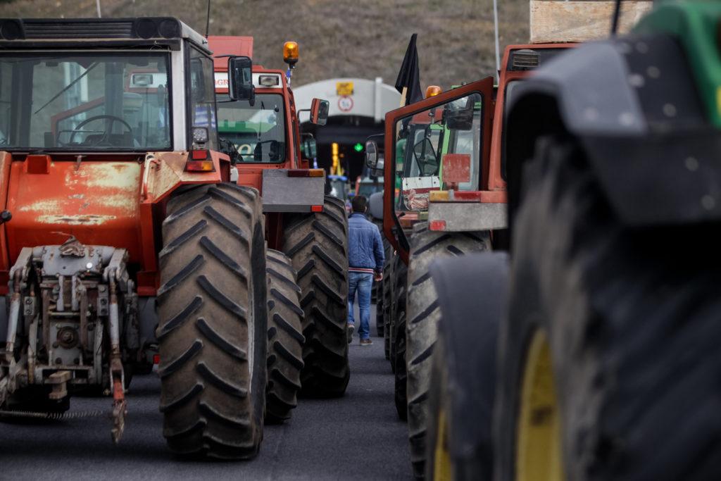 Συνεχίζουν τις κινητοποιήσεις τους οι αγρότες – Ποια μπλόκα παραμένουν