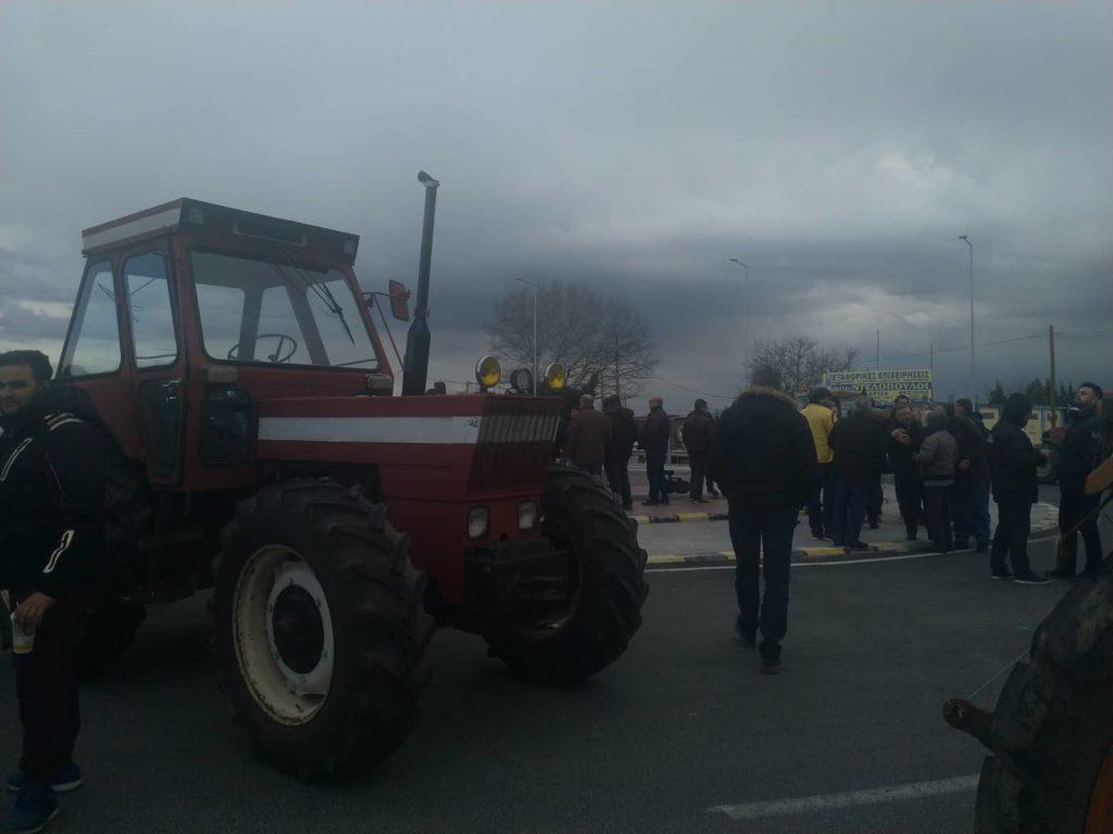 Απέκλεισαν τον κόμβο του Πλατυκάμπου στη Λάρισα οι αγρότες – Κλειστή και η Θεσσαλονίκης – Σερρών (Photos)