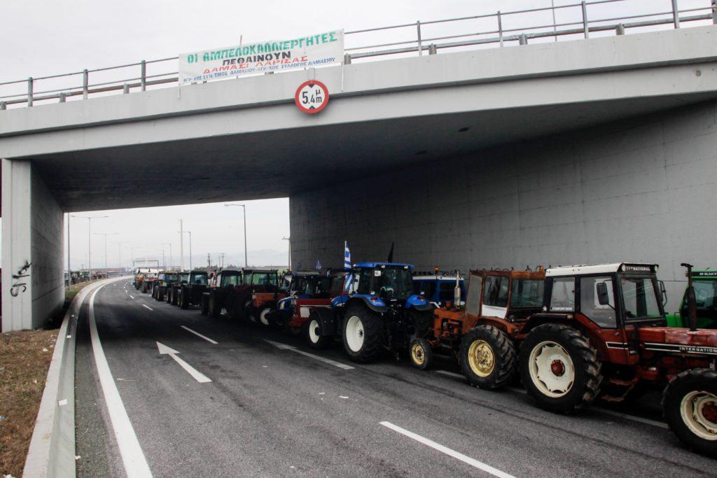 Αποχωρούν οι αγρότες από το μπλόκο της Νίκαιας