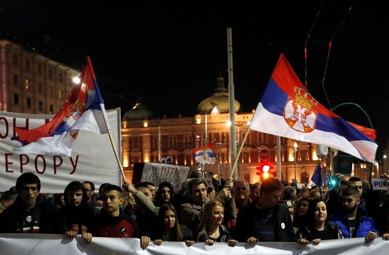 Χιλιάδες Σέρβοι πολιορκούν το προεδρικό μέγαρο και τον Αλεξάνταρ Βούτσιτς