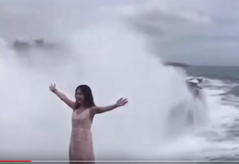 Τρόμος: Τεράστιο κύμα καταπίνει κοπέλα στο Μπαλί (Video)