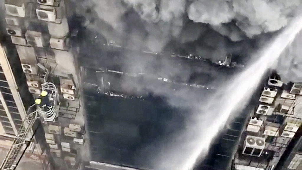 Μπαγκλαντές: Τουλάχιστον 17 νεκροί δεκάδες τραυματίες και εγκλωβισμένοι σε ουρανοξύστη που φλέγεται (Video & Photos)