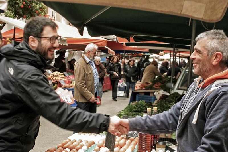 Νάσος Ηλιόπουλος: Ο «καθηγητής» στις λαϊκές της Αθήνας (εικόνες)