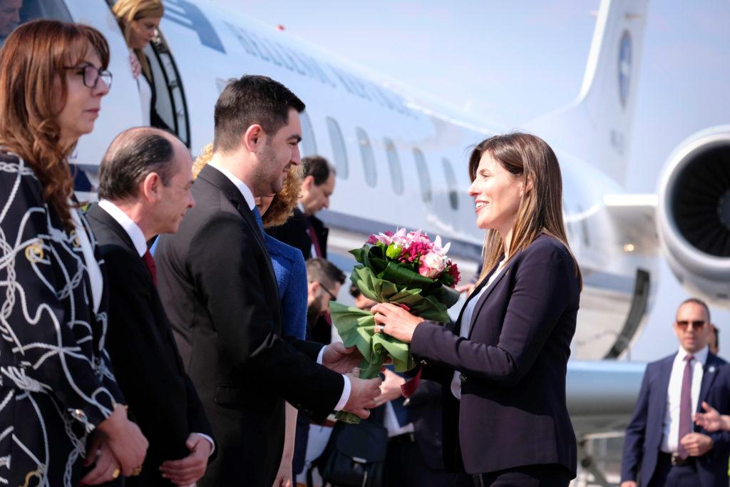 Κομψή και ευδιάθετη η Μπέττυ Μπαζιάνα έκλεψε τα βλέμματα στο αεροδρόμιο των Σκοπίων