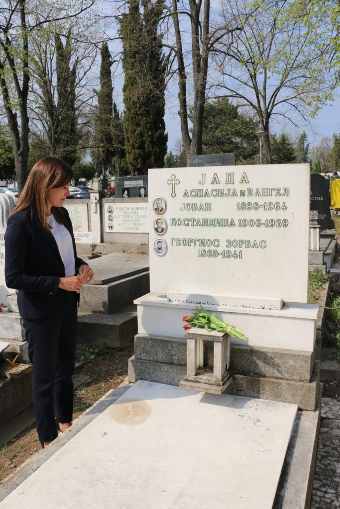 Λουλούδια στον τάφο του Αλέξη Ζορμπά άφησε η Μπέττυ Μπαζιάνα (Photos)