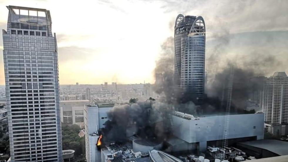 Πύρινη «κόλαση» σε ουρανοξύστη στην Μπανγκόκ: Άνθρωποι πήδηξαν στο κενό (Video)