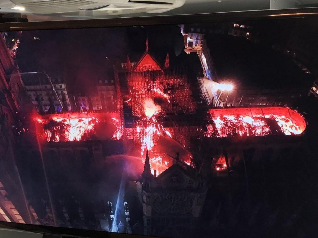 Η σοκαριστική αεροφωτογραφία από τη φλεγόμενη Παναγία των Παρισίων