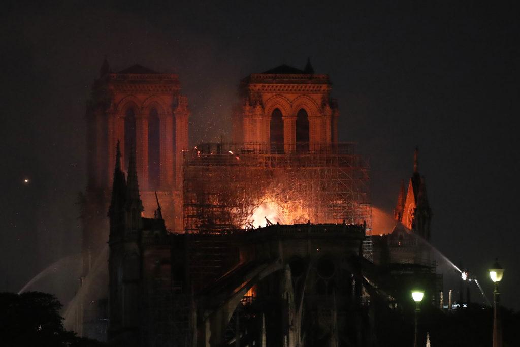 Αισιοδοξία για την Παναγία των Παρισίων – Σώθηκε από ολική καταστροφή, λένε οι πυροσβέστες (Photos – Video)