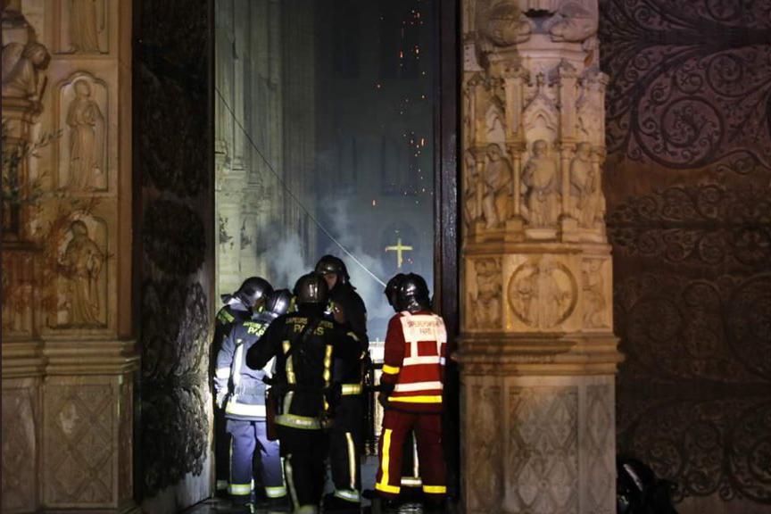 Οι πρώτες εικόνες από την καταστροφή του εσωτερικού της Παναγίας των Παρισίων (Video)