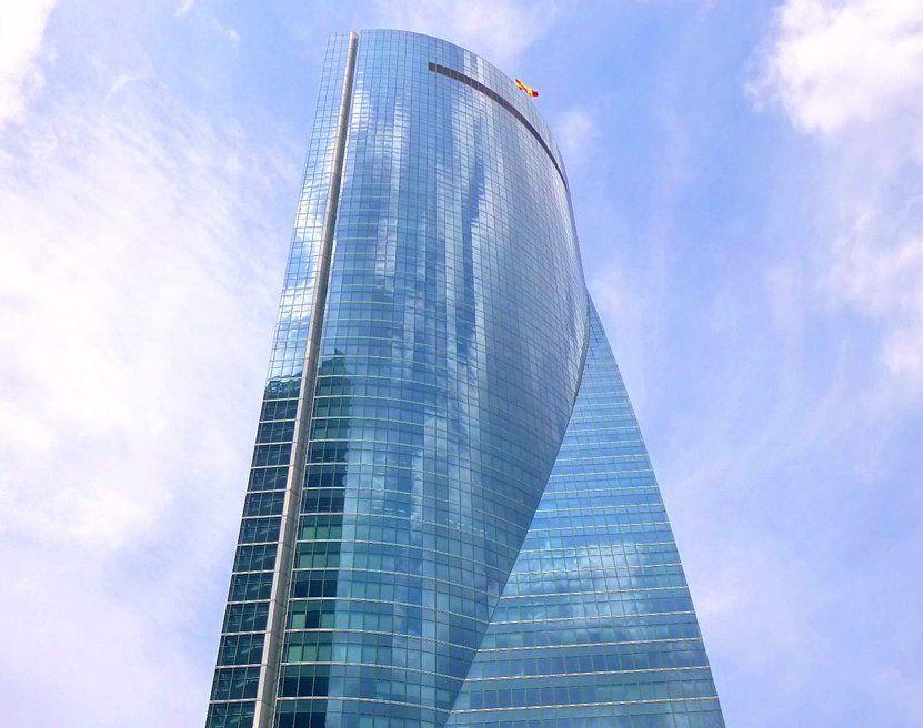 Εκκενώνεται ουρανοξύστης στη Μαδρίτη (Photos)