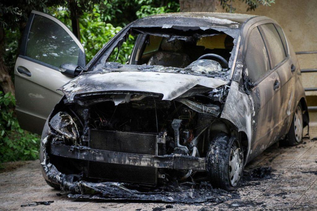 Καταδρομική επίθεση στο Α.Τ. Καισαριανής – Έκαψαν το αυτοκίνητο αστυνομικής συντάκτριας (Photos)