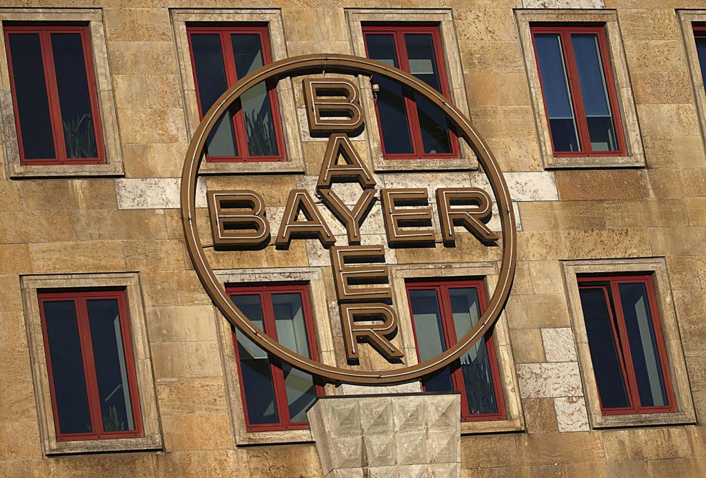 Η Bayer απέλυσε τη μεγαλύτερη εταιρεία λόμπινγκ στις Βρυξέλλες μετά το σκάνδαλο με το φακέλωμα της Monsanto