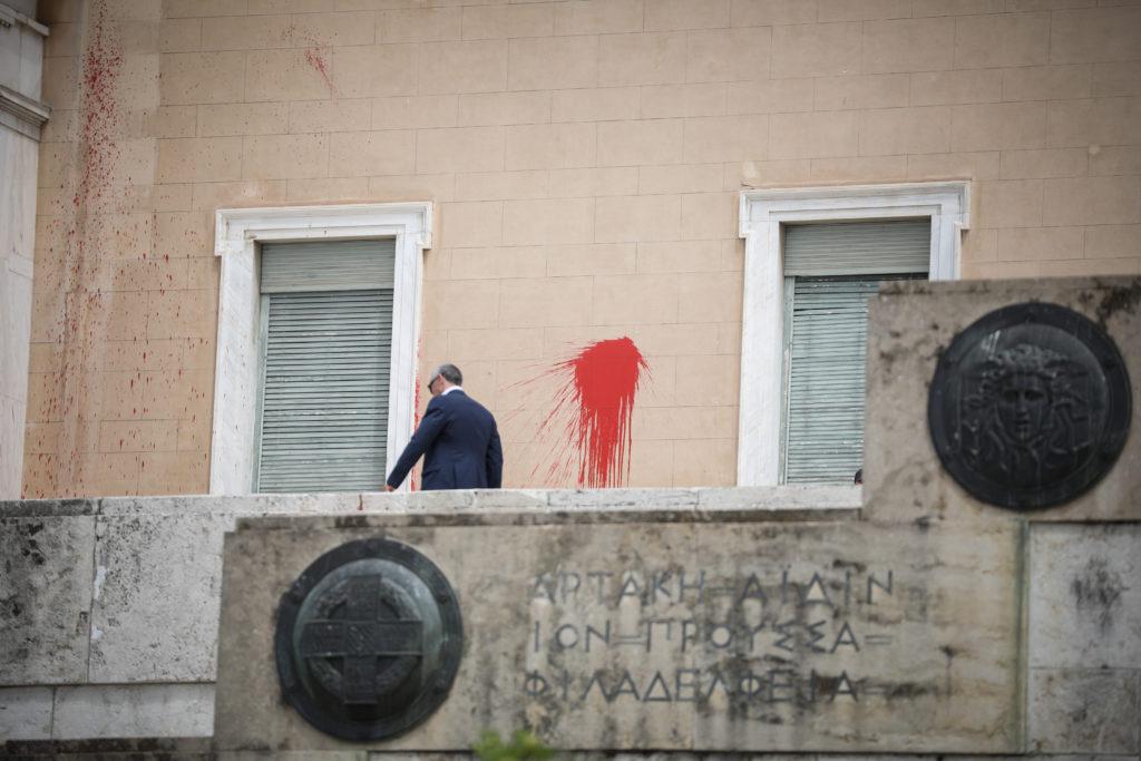 Ελεύθερο με περιοριστικούς όρους το μέλος του Ρουβίκωνα για την επίθεση με μπογιές στη Βουλή