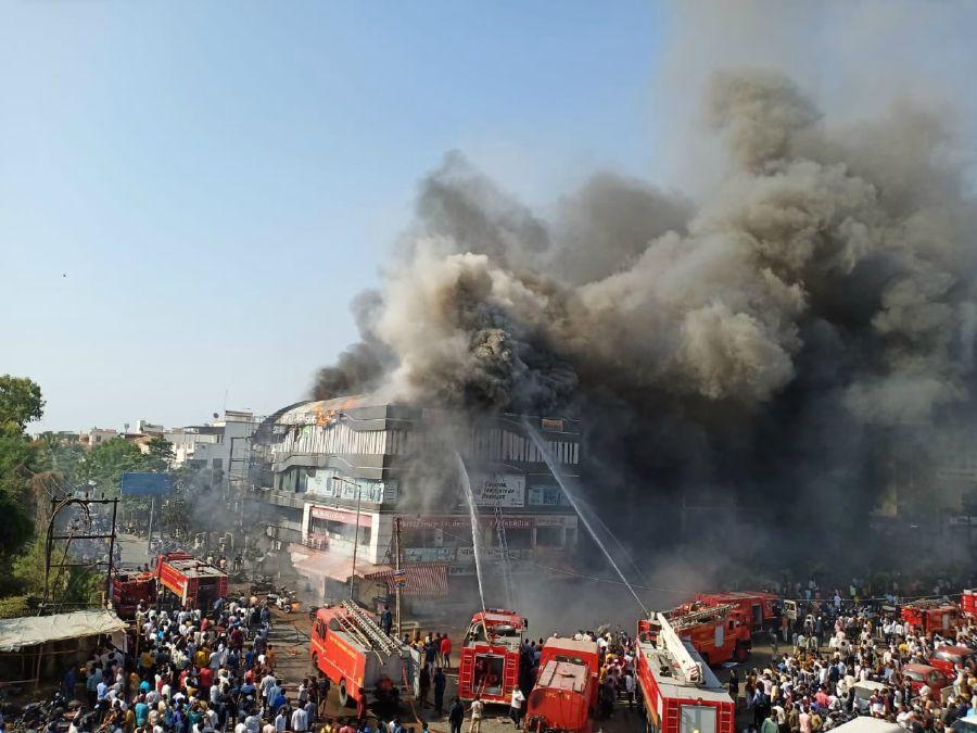 Ινδία: Τραγωδία με 18 μαθητές νεκρούς σε πυρκαγιά: Άνθρωποι πηδούσαν στο κενό για να σωθούν (Photos & Video)