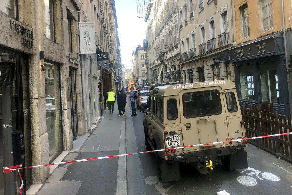 Δυο νέες φωτογραφίες του υπόπτου για την έκρηξη στη Λιόν (Photos)