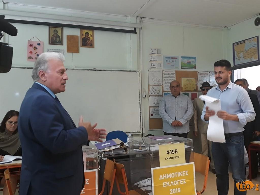 Ψήφισε ο Ψωμιάδης – Έφτασε στο εκλογικό κέντρο συνοδευόμενος από τον Φλωρινιώτη (Photos & Video)