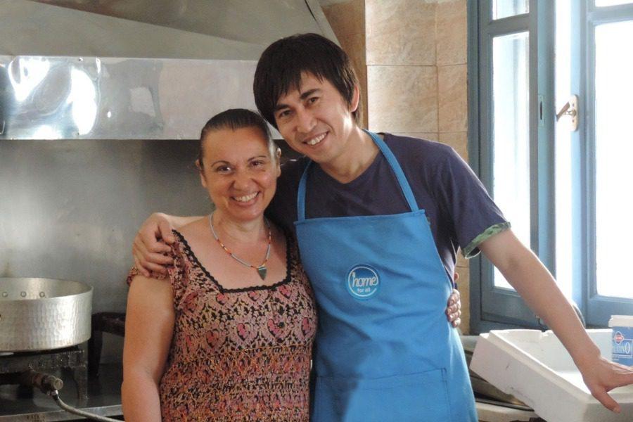 Ο Ζαχίρ μαγειρεύει για τους πρόσφυγες της Μόριας