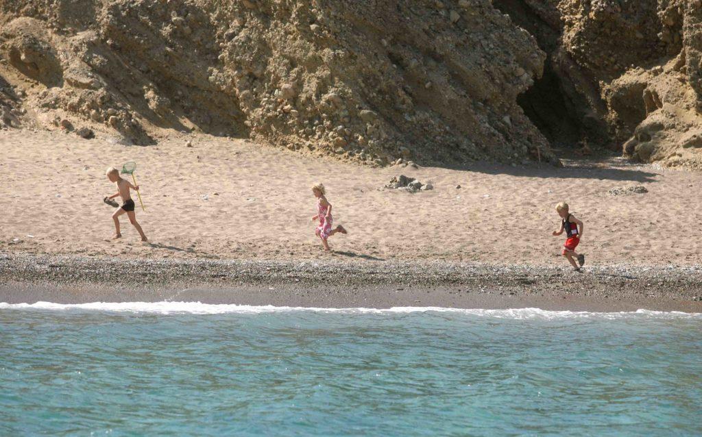 «Ψήφο εμπιστοσύνης» στην Ελλάδα για διακοπές σε γονείς με τα παιδιά τους δίνει η Telegraph