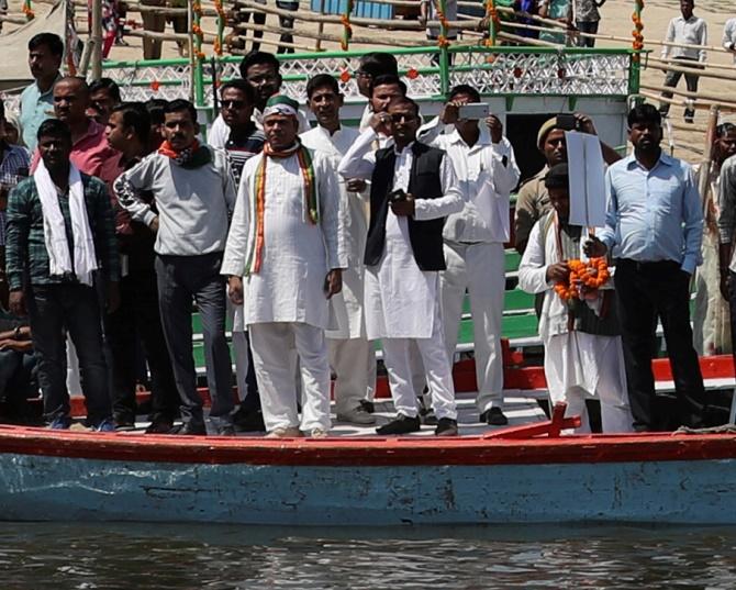 Ινδός Χουντίνι βούτηξε αλυσοδεμένος στον Γάγγη αλλά δεν ξαναβγήκε ποτέ