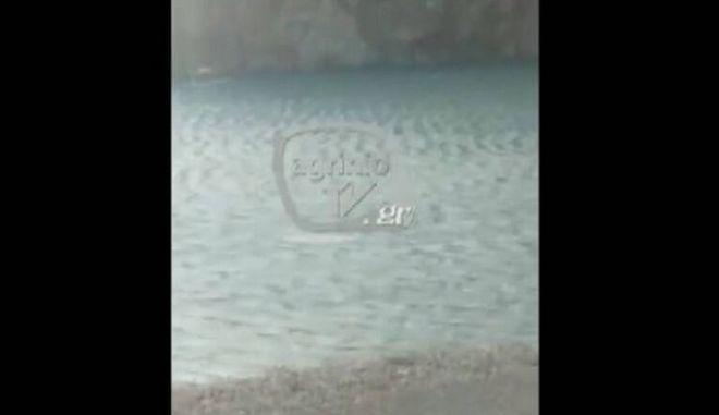 Βίντεο-ντοκουμέντο: Η στιγμή που ο 31χρονος κολυμπά για να σώσει τη βάρκα του από την καταιγίδα στη Ναυπακτία