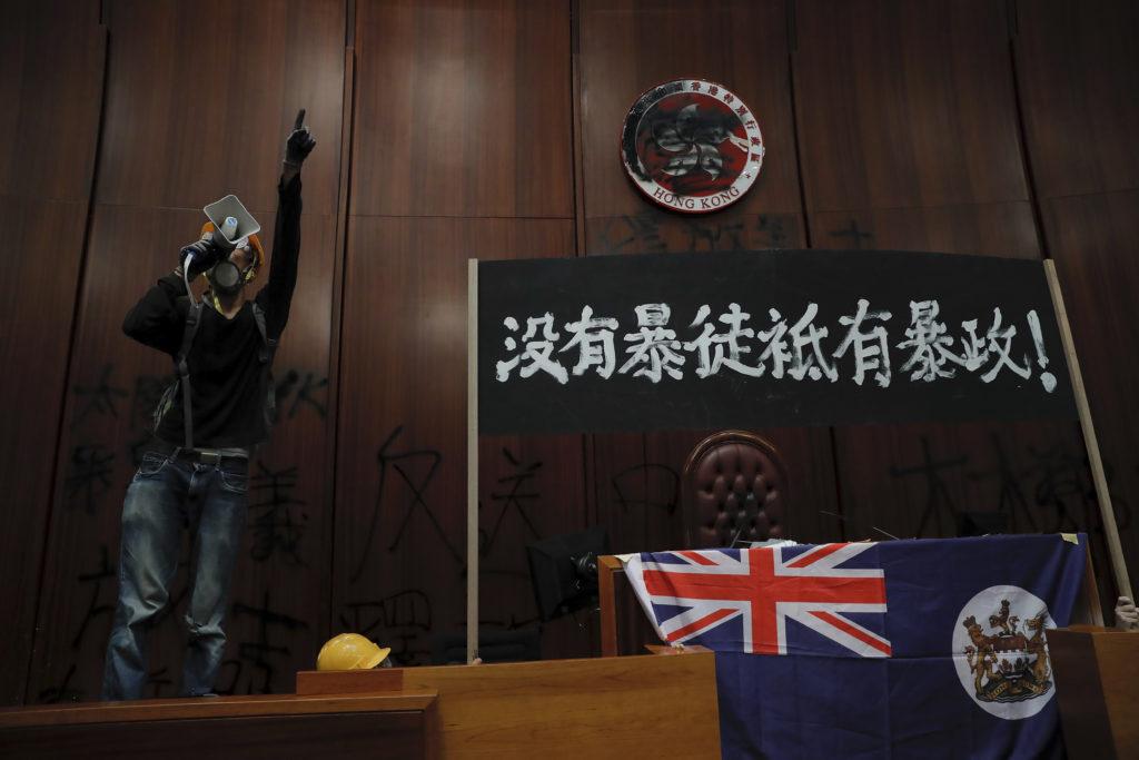 Χονγκ-Κονγκ: Η αστυνομία ανέκτησε τον έλεγχο του τοπικού κοινοβουλίου (Video + Photos)