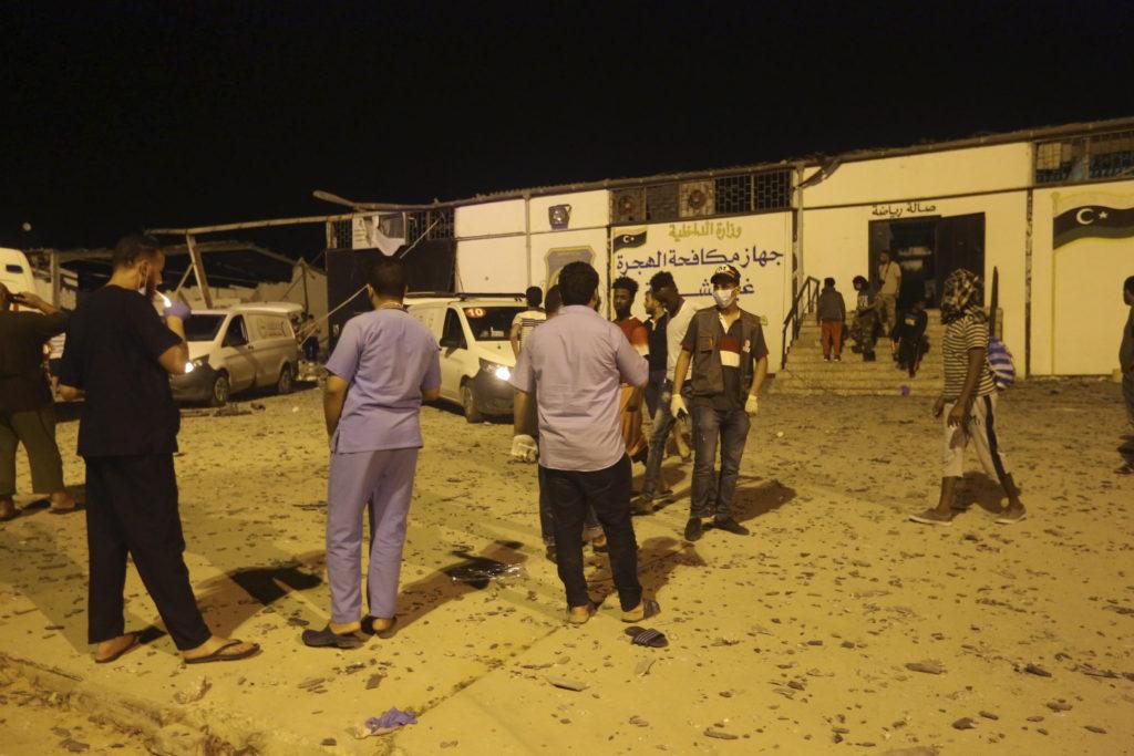Φρίκη στη Λιβύη: Βομβάρδισαν καταυλισμό προσφύγων – 40 νεκροί (Σκληρές Photo)