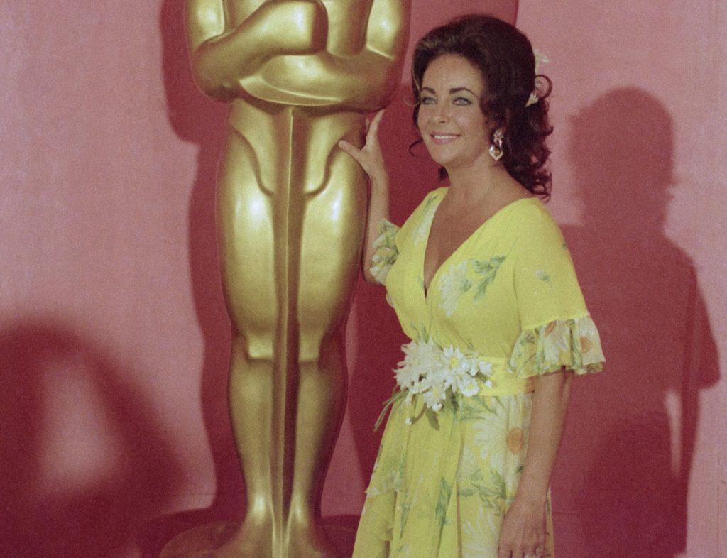 Στο «σφυρί» το φόρεμα της Ελίζαμπεθ Τέιλορ που φόρεσε τη βραδιά των Όσκαρ το 1974