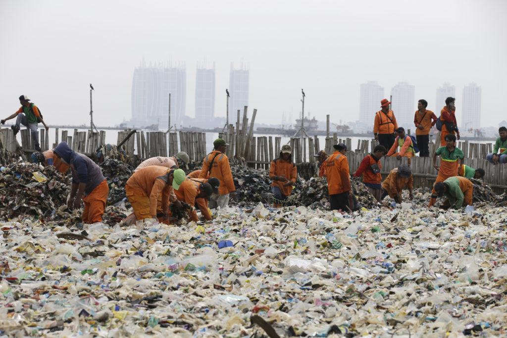 Οι «χωματερές» του πλανήτη αντιδρούν – Η Ινδονησία επιστρέφει 210 εκατομμύρια τόνους απορριμμάτων στην Αυστραλία