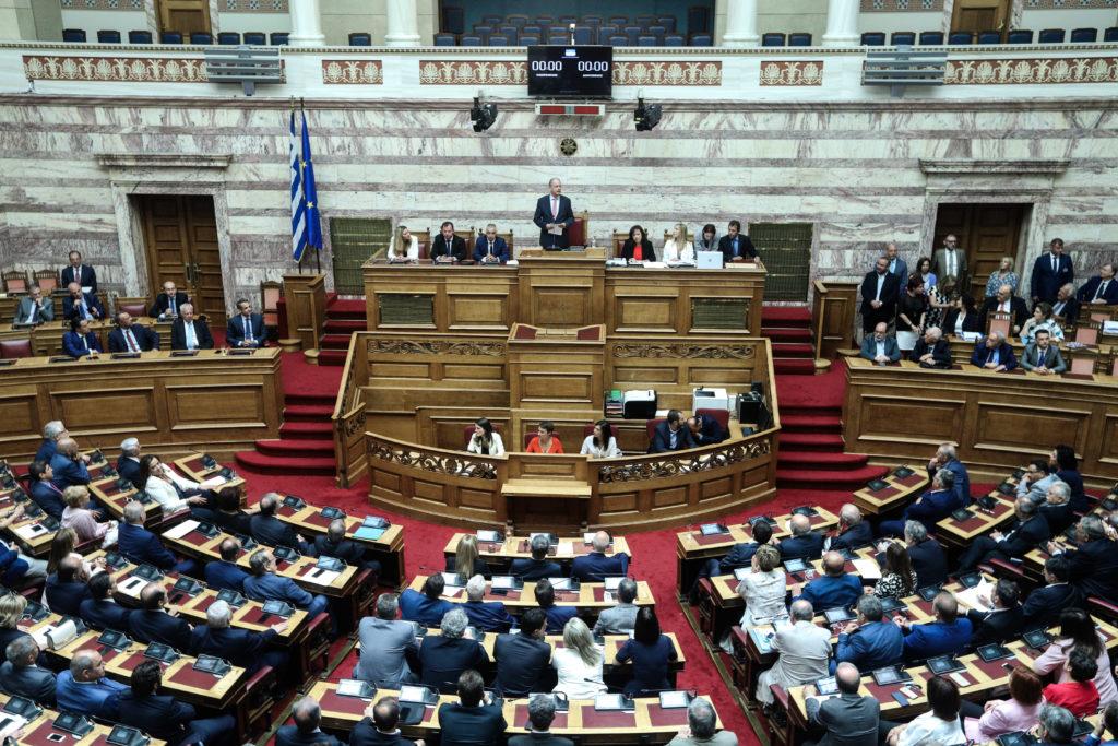 Βουλή: Υπερψηφίστηκε η άρση των capital controls