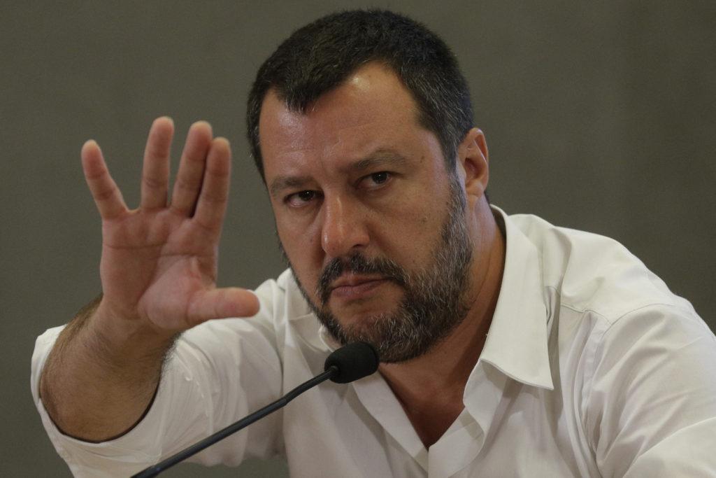 Ξεσάλωσε ο Σαλβίνι: «Με χαρά αφήνω τα 7 υπουργεία στους προδότες, θα τα πάρουμε πίσω με τόκο σε μερικούς μήνες»