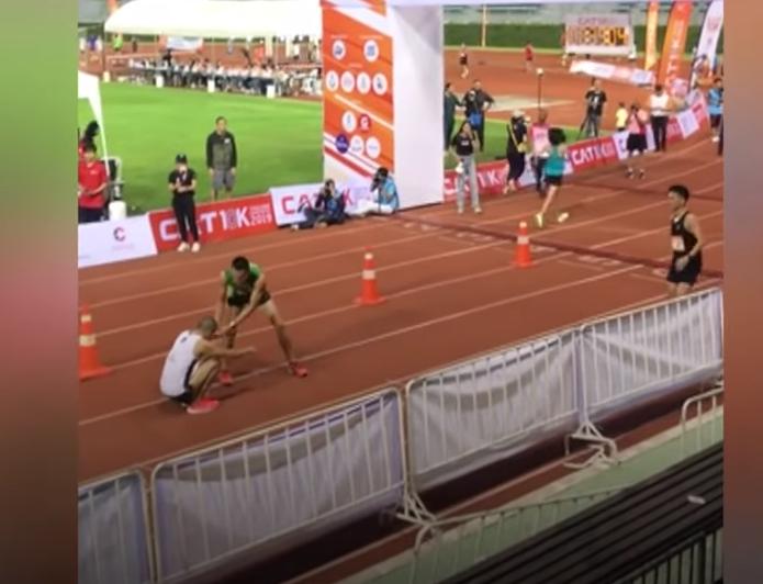 Δρομέας εγκατέλειψε τον αγώνα για να βοηθήσει τραυματία να τερματίσει (Video)