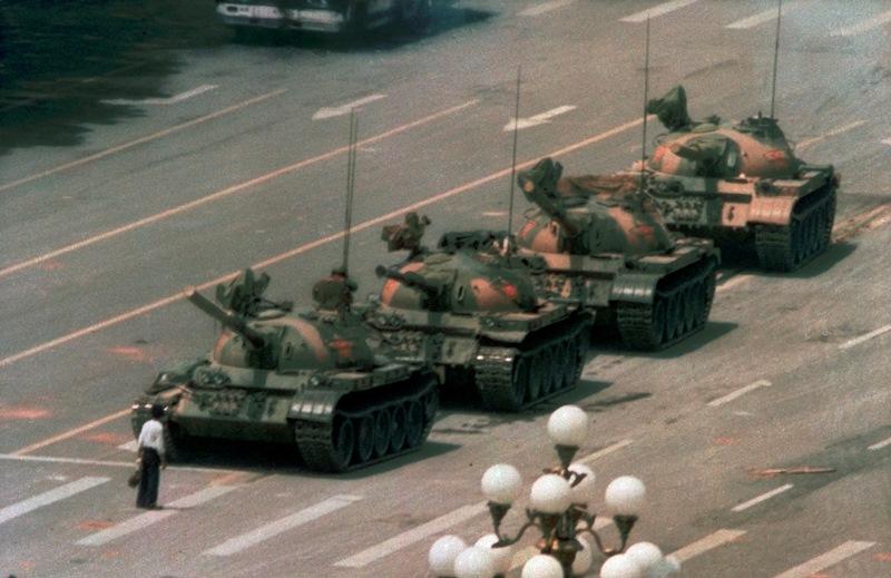 Πέθανε ο Τσάρλι Κόουλ, ο φωτογράφος του «Tank Man», του διαδηλωτή που σταμάτησε τα τανκς στην πλατεία Τιενανμέν